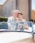 Reife Braut und Bräutigam im Cabrio