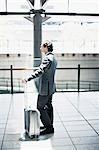 Homme d'affaires en attente avec la valise à la gare