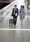 Gens d'affaires voyageant ensemble