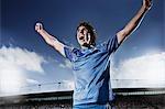 Joueur de football acclamant
