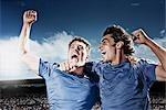Joueurs de football acclamant
