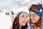 Paar Skier tragen