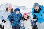 Familie stehen im freien im Schnee