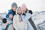 Familie umarmt im freien im Schnee