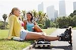 Amis de repos dans le parc après le patin à roues alignées