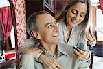 Couple d'âge mûr, en admirant la nouvelle bague de femme
