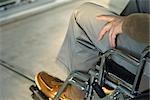 Behinderten im Rollstuhl sitzen im freien