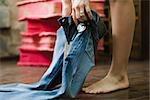 Essayer des jeans en essayage