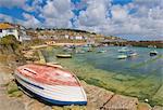 Petit bateau de pierre sur le quai et de petits bateaux dans le port clos à Mousehole, Cornwall, Angleterre, Royaume-Uni, Europe
