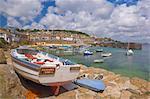 Petit bateau sur le quai et de petits bateaux dans le port clos à Mousehole, Cornwall, Angleterre, Royaume-Uni, Europe