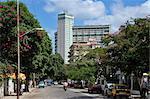 Calle 17 (17e Rue) menant à l'immeuble Focsa construit en 1956, Vedado, la Havane, Cuba, Antilles, Amérique centrale