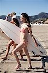 Femmes avec des planches de Surf, Zuma Beach, Californie, USA