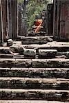 Sculpture sur pierre de Bouddha enveloppée dans une robe orange. Angkor Wat, Cambodge
