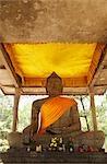 sculpture de Bouddha portant la ceinture orange, Angkor Wat en pierre