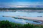 Bateaux au coucher du soleil sur le Mékong, Saleung Beach, Village de Songkhawn, Province d'Ubon Ratchathani, nord-est de la Thaïlande