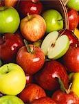 Divers pomme entière avec la moitié d'une pomme