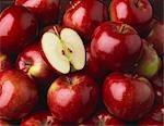 Ganz rote Äpfel mit der Hälfte und Apple