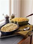 Zerdrückte Kartoffeln und Makkaroni und Käse in Backformen