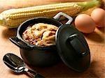 Ragoût de maïs dans une casserole en fonte