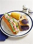 Guedille au homard avec les Chips de pommes de terre et maïs