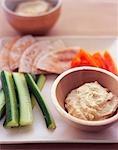 Schüssel Hummus mit Gemüse und Fladenbrot
