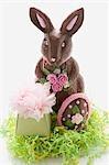 Un lapin de Pâques au chocolat avec oeuf de Pâques et cadeau