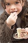Fille de mordre dans un chocolat