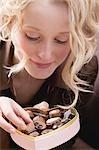 Jeune femme à manger des chocolats