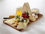 Bayerische Käseplatte mit Radieschen und Bier