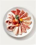 Assiette de charcuterie avec marinades mélangées