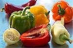 Verschiedene Arten von Paprika, ganze und Hälften