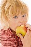 Petite fille mange une pomme bio