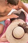 Crème solaire en mettant sur le dos de la femme de l'homme