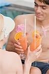 Homme et femme avec Punch du planteur de piscine