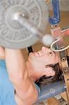Homme travaillant le banc de musculation