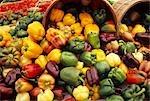 Grande variété de poivrons tout déversement de grands paniers, marché