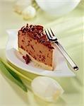 Morceau de gâteau au fromage chocolat noisette chocolat râpé
