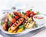 Saucisses grillées et légumes
