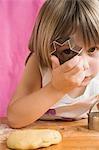 Kind durch einen Keks Fräser peeping