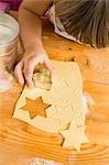 Kind Ausschneiden Kekse (obenliegende Ansicht)