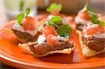 Nachos avec fèves, crème sure et tomates