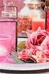 Orientalische Dekorationen: Windlichter, Rosen und Kerzen