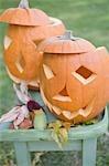 Sculptés les visages citrouilles sur table de jardin