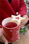 Frau Becher Tee mit Marmelade Kekse halten