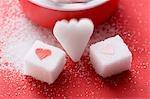 Morceaux de sucre, en forme de coeur et avec coeurs