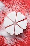 Morceaux de sucre en forme de cœur, disposées en cercle