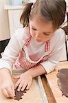 Kleines Mädchen Schokolade Keks auf Backblech platzieren
