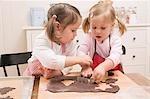 Zwei kleine Mädchen Ausschneiden Schokoladenkekse