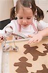 Kleines Mädchen Schokoladenkekse auf Backblech platzieren