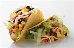 Zwei Tacos gefüllt mit Mais und Bohnen